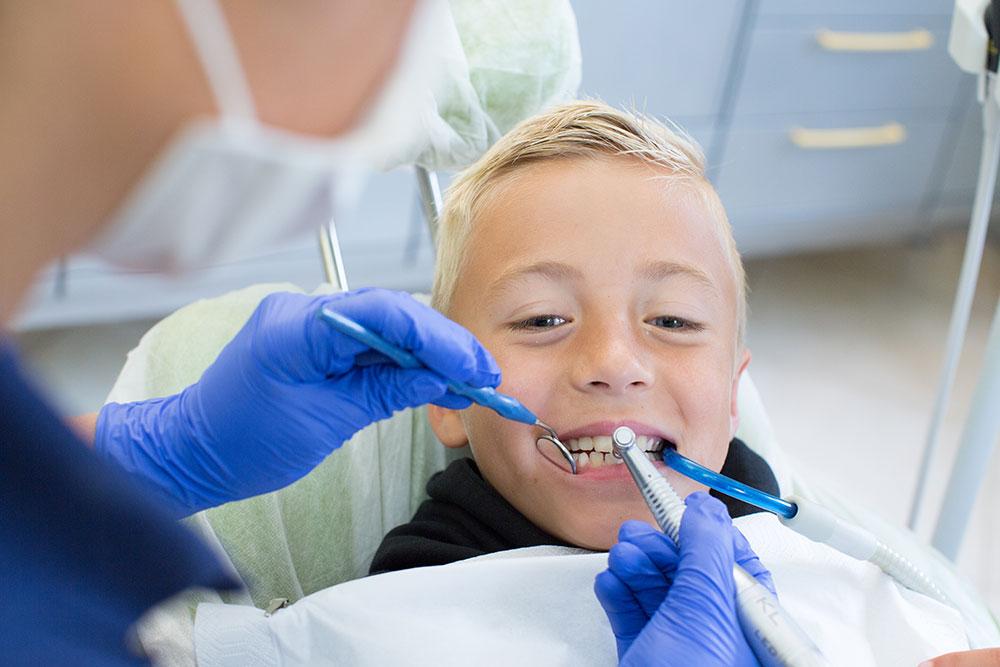 Zahnarzt Giesing - Dr. Koenigsfeld & Kollegen - behandlung eines kleinen Jungen